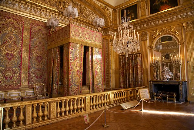 "To the left the Versailles bedroom of Louis XIV. To the right the entrance to Donald Trumps New York Apartment. Image credit: <a href=""http://www.fotopedia.com/items/jmhullot-z2Umsz0Z8aY"">Jean Marie Hulot</a>, <a href=""https://commons.wikimedia.org/w/index.php?curid=34640481)"">CC BY 3.0</a>"